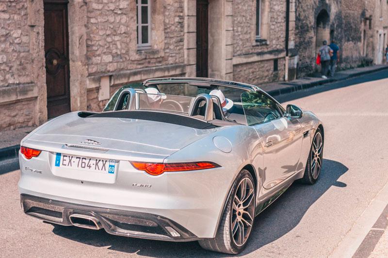 Voiture Jaguar décapotable en ville