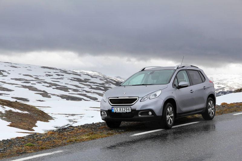Peugeot 2008 sur route en hiver