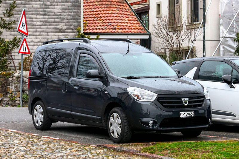 Dacia Dokker sur parking en ville