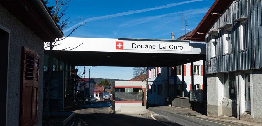 Un poste de douane en Suisse lors de l'importation d'un véhicule