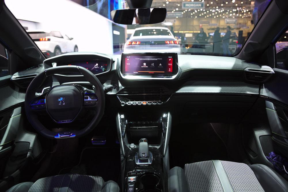 L'intérieur de la Peugeot 208 et très high-tech, notamment avec le i-cockpit