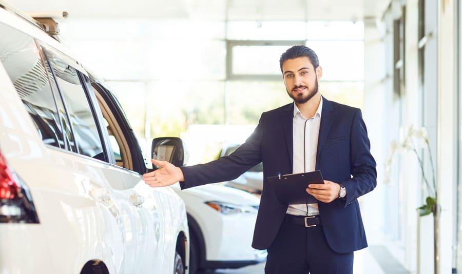 Un mandataire auto qui présente une voiture