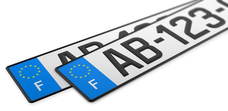Les plaques française que l'on met sur la voiture