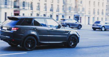 Des SUV dans la ville de Paris