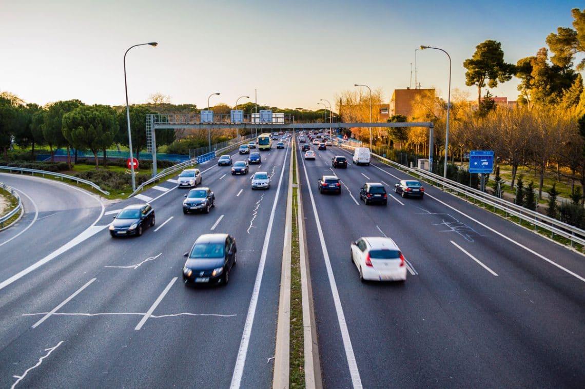 Une voiture-radar sur l'autoroute