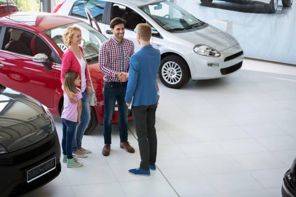Un professionnel procède à l'immatriculation de la voiture importée
