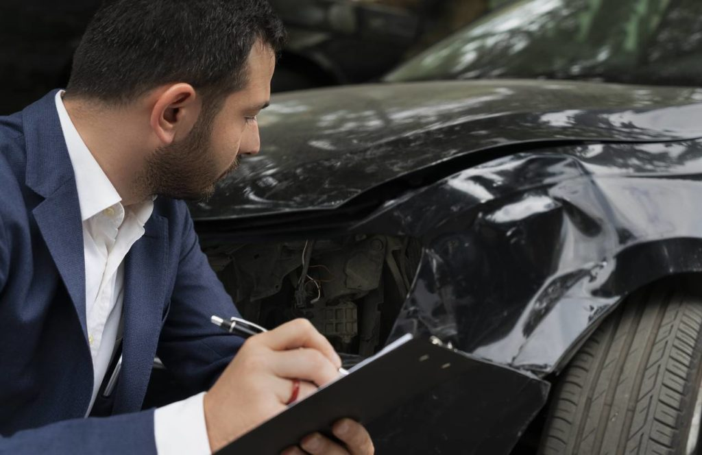 Un sinistre automobile, dont l'expert est entrain d'évaluer ce qui sera prit en charge par l'assurance