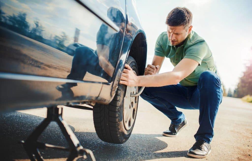Les pneus d'une voiture en entretien