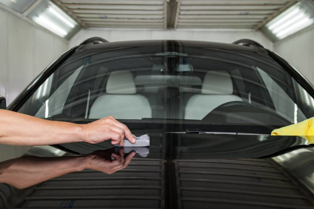 La mise en place du traitement céramique sur une carrosserie d'une voiture