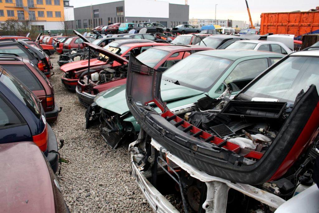 Des voitures détruites stockés