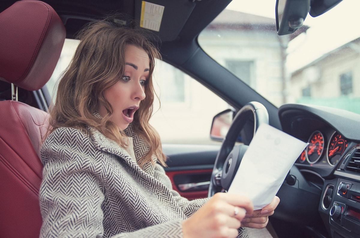 Une femme en train de voir le prix de son assurance auto pour l'année 2021