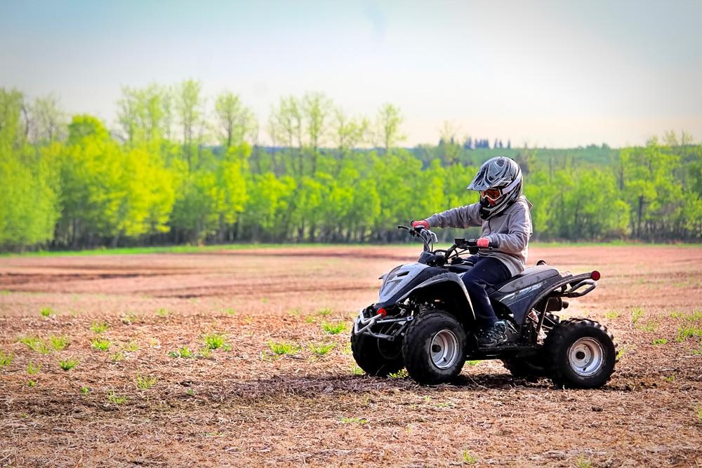 Un enfant sur un quad