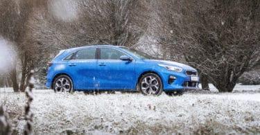 Une voiture en hiver, qui est dans la neige et le froid