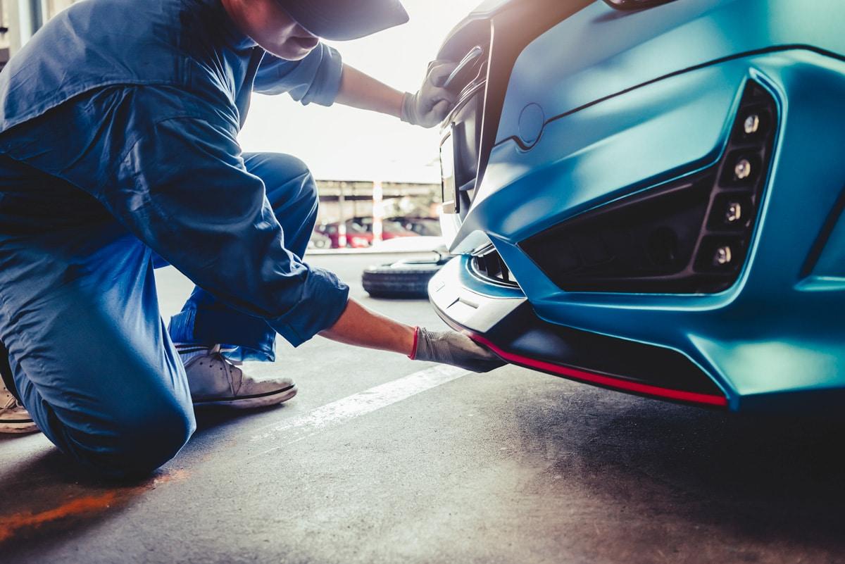 Réparation du pare-choc avant d'une voiture suite à un accident