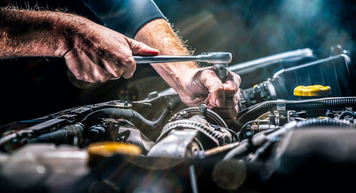 Une réparation mécanique d'une voiture suite à un problème moteur
