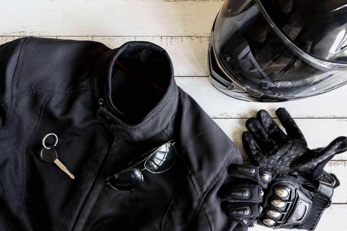 La veste et les gants de moto pour la sécurité du motard