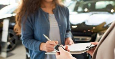 Une femme en train de souscrire à une location longue durée pour une voiture